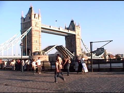 tower bridge 2-ntsc - besichtigung stock-videos und b-roll-filmmaterial