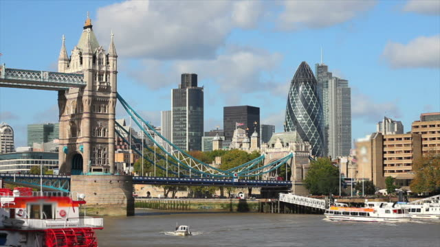 Tower Bridge e la City di Londra (Time Lapse