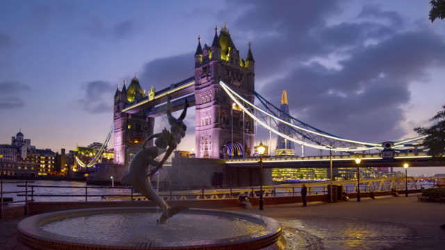 tower bridge and the dolphin fountain at night cinemagraph. - british culture stock videos & royalty-free footage