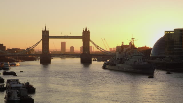 ws tower bridge at dawn - tower of london stock videos and b-roll footage