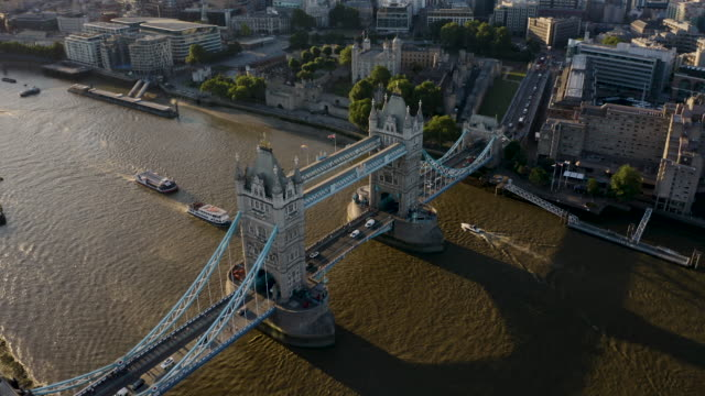 tower bridge at sunset - london stock-videos und b-roll-filmmaterial