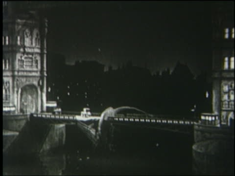 vidéos et rushes de b/w 1925 tower bridge collapses + brontosaurus falls into thames at night / london - 1925