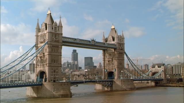 ms, tower bridge, downtown skyline in background, london, england - 跳開橋点の映像素材/bロール