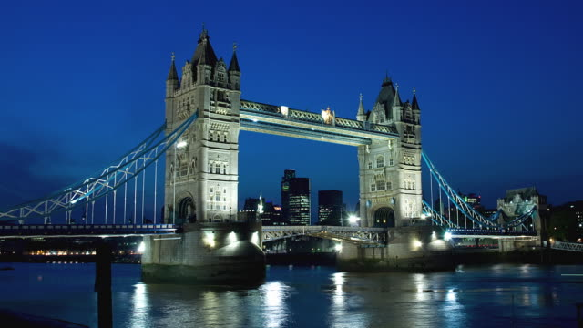 T/L WS ZO Tower Bridge from dusk to night / London, United Kingdom