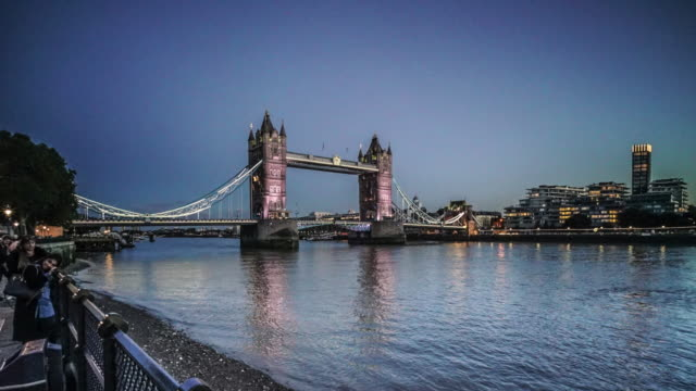 tower bridge from dusk to night. - part of点の映像素材/bロール