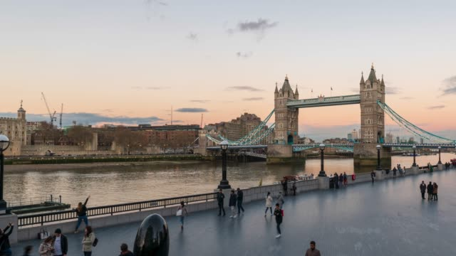 tower bridge in london, day to night -panning 4k time-lapse - town hall stock videos & royalty-free footage
