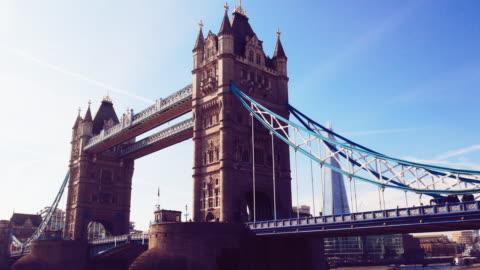 tower bridge in london, großbritannien - schwenk stock-videos und b-roll-filmmaterial