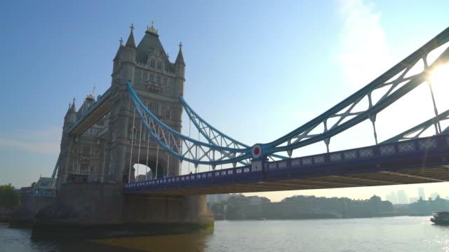 tower bridge in london, vereinigtes königreich - sehenswürdigkeit stock-videos und b-roll-filmmaterial