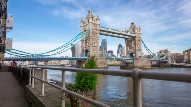 tower bridge in london - tower bridge stock-videos und b-roll-filmmaterial