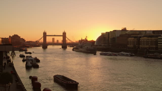 ws tower bridge in the sunrise - river thames stock videos & royalty-free footage