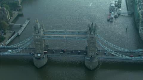 vídeos y material grabado en eventos de stock de low aerial, tower bridge, london, england - estilo victoriano