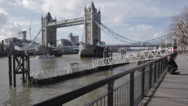 tower bridge, southwark, london, england, uk - endast en medelålders man bildbanksvideor och videomaterial från bakom kulisserna