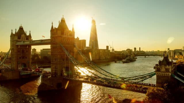 tower bridge bei sonnenuntergang zeitraffer - fluss themse stock-videos und b-roll-filmmaterial
