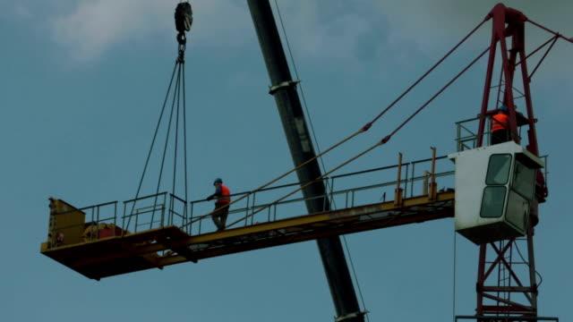 tower crane installing - kran stock-videos und b-roll-filmmaterial