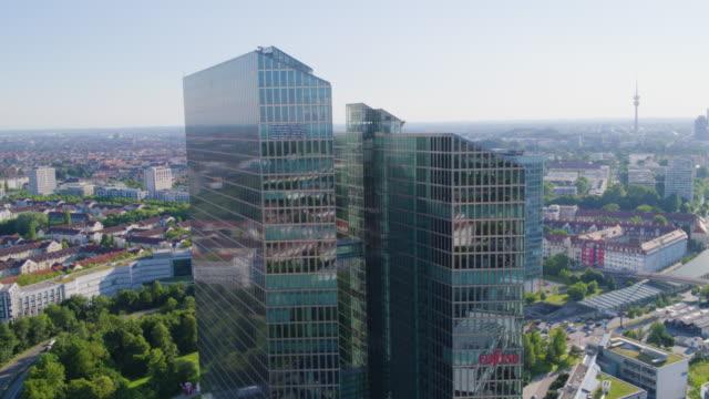 ibm tower münchen naher vorbeiflug 01 - headquarters stock videos & royalty-free footage