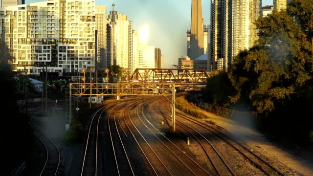 線路の隣にあるcnタワー(トロント) - railway track点の映像素材/bロール