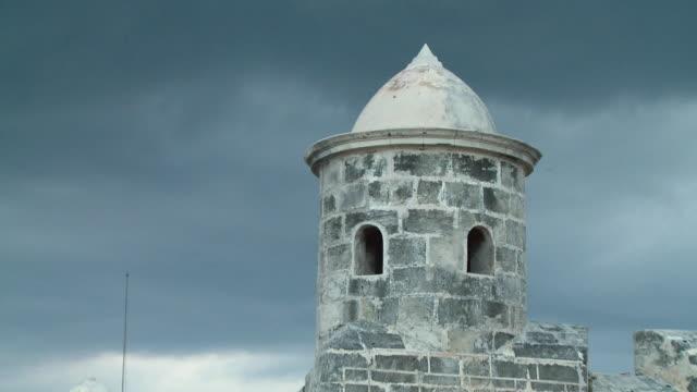 vídeos de stock, filmes e b-roll de cu zo ms tower of castillo san salvador de la punta / havana, cuba - castelo