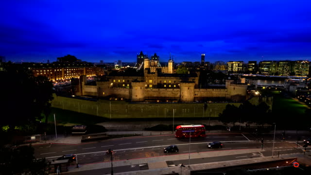 tower of london high view night - autobus a due piani video stock e b–roll