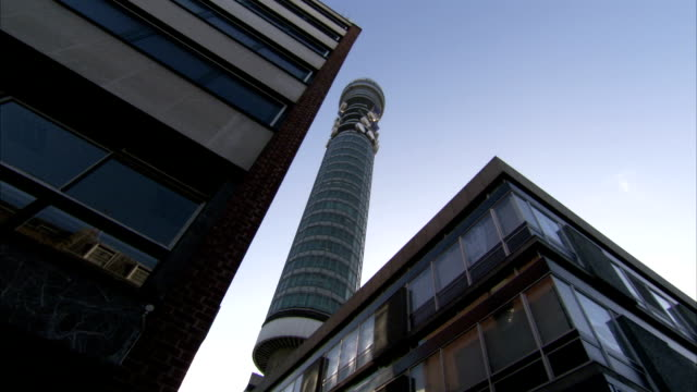vídeos de stock e filmes b-roll de bt tower of london looms over high-rises. available in hd. - bt tower londres
