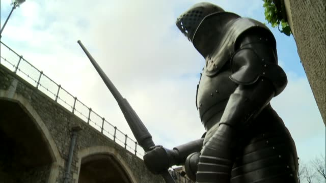 ravens given new home england london tower of london ext beefeater opening gate and bidding welcome to the tower of london sot people seen along as... - suit of armour stock videos and b-roll footage