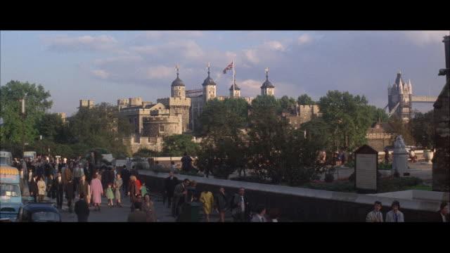 stockvideo's en b-roll-footage met 1964 - tower of london - yeomen warder