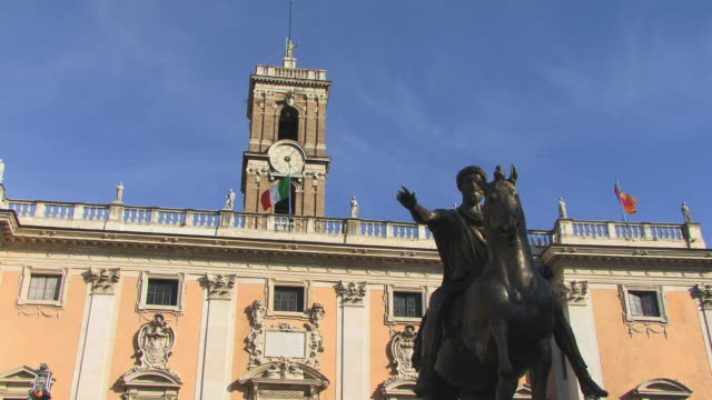 cu, zo, la, tower of palazzo senatorio and equestrian statue of marcus aurelius, rome, italy - italian flag stock videos and b-roll footage
