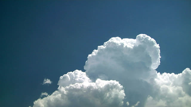 towering cumulus cloud, timelapse - mittag stock-videos und b-roll-filmmaterial