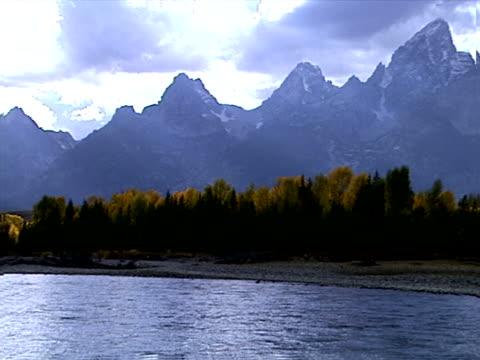 vídeos y material grabado en eventos de stock de towering mountain peaks - río snake