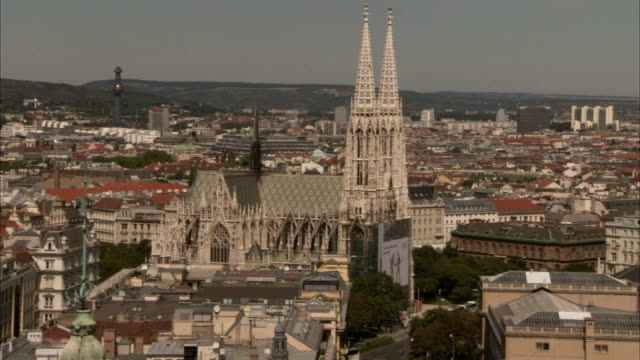 towers and historic buildings highlight the skyline in vienna, austria. - stadtansicht stock-videos und b-roll-filmmaterial