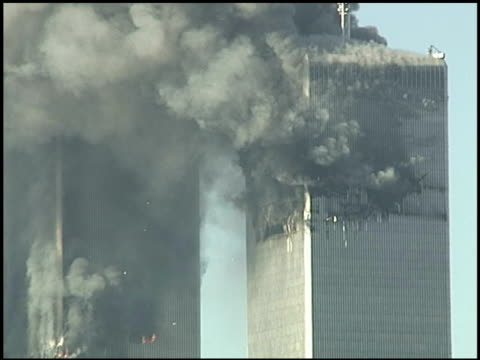 vídeos y material grabado en eventos de stock de wtc towers burning / papers flutter out of building / large smoke plume and skyline / filmed from the east village east 9th street and 1st ave... - agresión