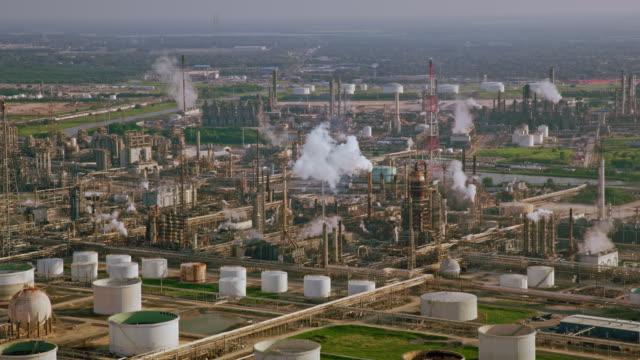 aerial towers einer ölraffinerie in texas, die rauchschwaden aussenden - texas stock-videos und b-roll-filmmaterial