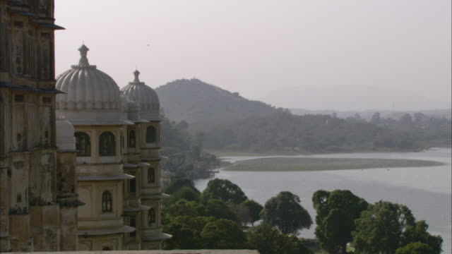HA WS PAN Towers overlooking Lake Palace on Lake Pichola with mountains in background / Udaipur, India