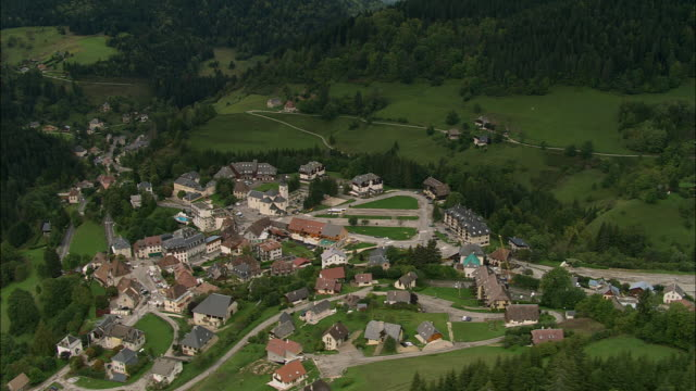 stockvideo's en b-roll-footage met aerial ws town and valley landscape in chartreuse mountains / saint-pierre-de-chartreuse, isere, france - valley