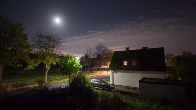 vídeos de stock, filmes e b-roll de intervalo de tempo: cidade à noite - aldeia