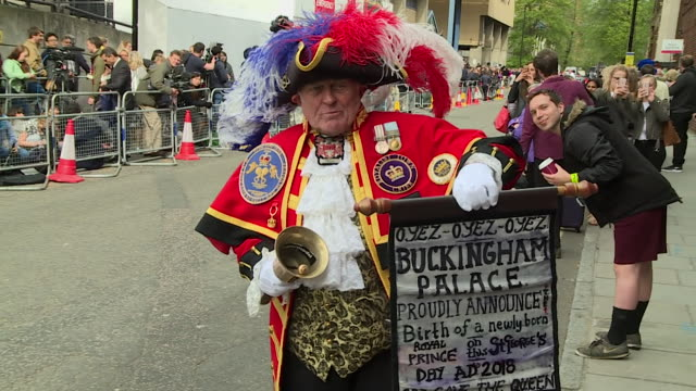 a town crier announcing the birth of prince william and catherine duchess of cambridge's third child - ankündigung stock-videos und b-roll-filmmaterial