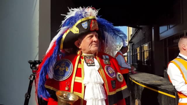 stockvideo's en b-roll-footage met town crier tony appleton announces the marriage of prince harry and meghan markle in windsor. mr appleton was also the unofficial town crier for the... - berkshire engeland