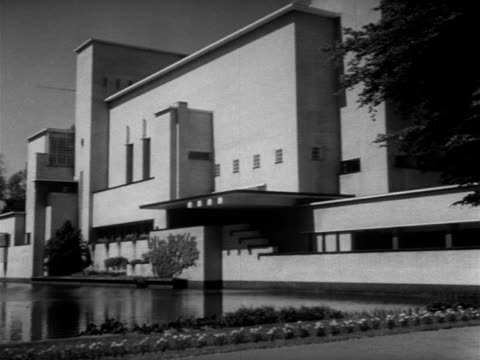 vidéos et rushes de 1954 b/w town hall in hilversum / hilversum, noord-holland, netherlands - 1954