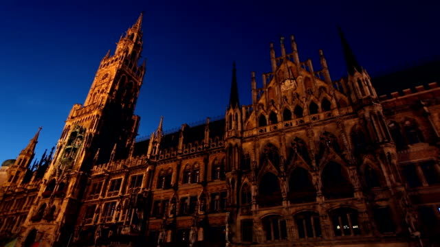 town hall in munich at sunset, time lapse - rathaus stock videos & royalty-free footage