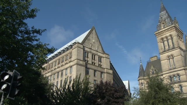stockvideo's en b-roll-footage met ms, pan, town hall, manchester, england - 19e eeuwse stijl