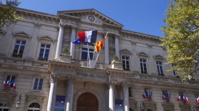 stockvideo's en b-roll-footage met town hall of avignon external tracking shot - franse cultuur