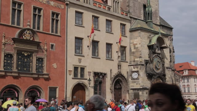 town hall & old town square, prague, czech republic, europe - altstädter ring stock-videos und b-roll-filmmaterial