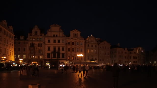 town hall & restaurants in the old town square at dusk, prague, czech republic, europe - プラハ旧市庁舎点の映像素材/bロール