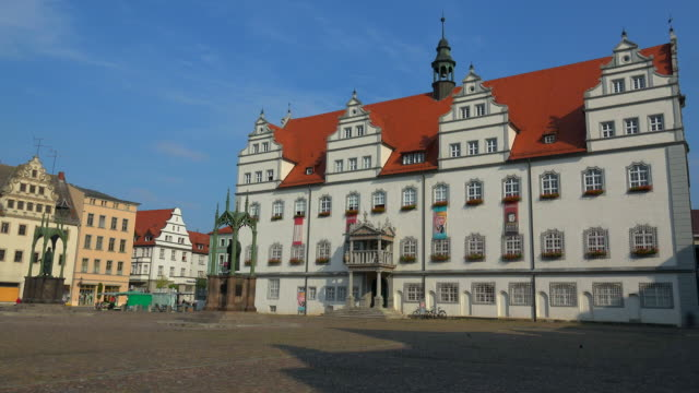 town hall with luther monument on the market square in lutherstadt wittenberg, saxony-anhalt, germany - ヨーロッパ点の映像素材/bロール
