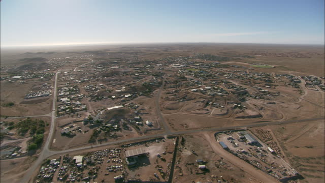 aerial town in desert landscape, coober pedy, south australia, australia - coober pedy stock videos & royalty-free footage