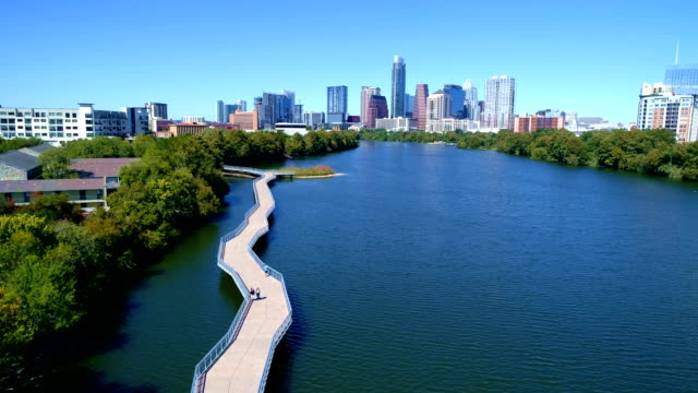 stockvideo's en b-roll-footage met de zonnige dagen town lake riverside pedestrian bridge in austin texas - austin texas