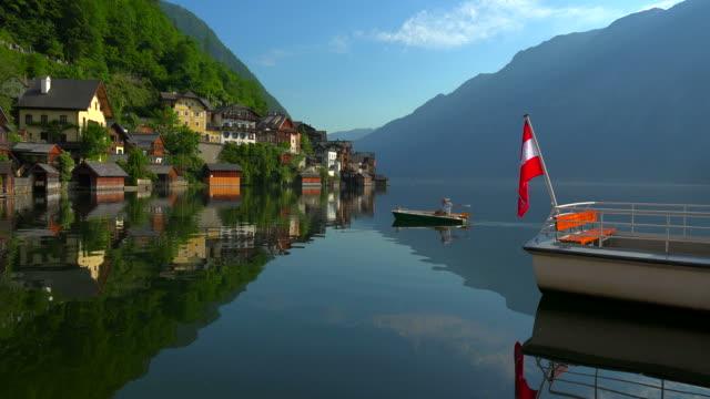 stockvideo's en b-roll-footage met town of hallstatt on lake hallstatt, salzkammergut, upper austria, austria - stilstaande camera