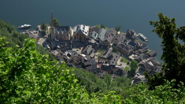 town of hallstatt on lake hallstatt, salzkammergut, upper austria, austria - アッパーオーストリア点の映像素材/bロール