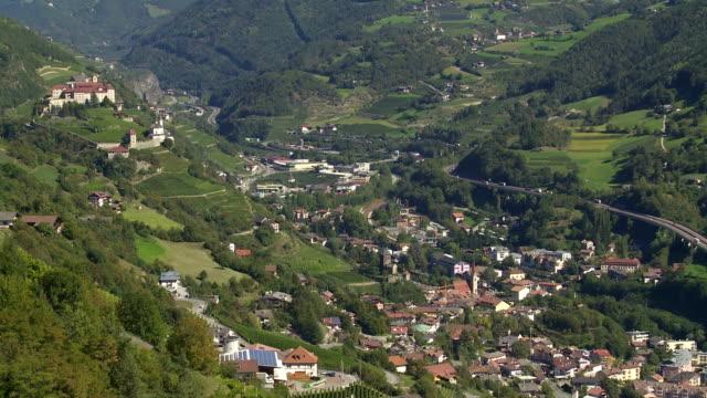 Ciudad de chiusa y Saeben Abbey en South Tyrol PAN