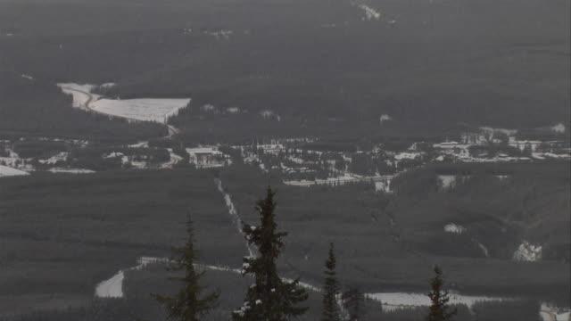 zo town of lake louise from ski hill / lake louise, alberta, canada - hill点の映像素材/bロール