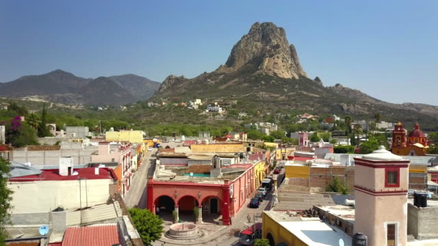 stockvideo's en b-roll-footage met stad van de peña de bernal in queretaro - sierra madre